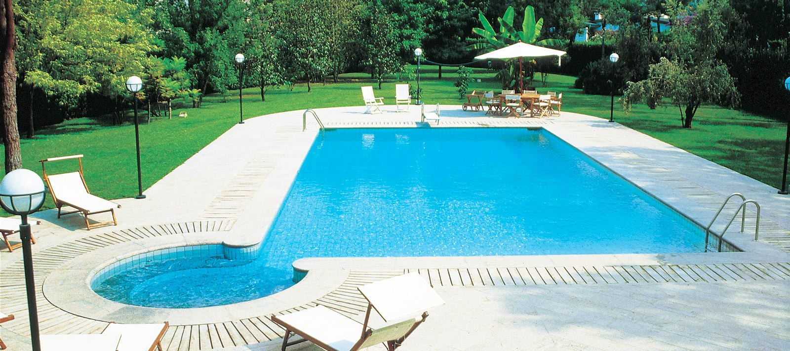 Impianti piscine interrate e piscine fuori terra for Accessori per piscine esterne
